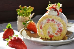 Niño envuelto con crema de chantilly y fresas para festejar a mamá, ¡receta fácil!