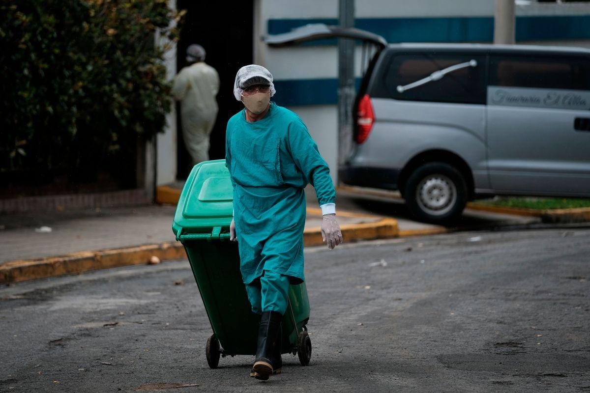 Un trabajador retira desechos de un hospital en Managua.