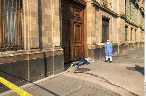 Presunto enfermo de coronavirus protesta en Palacio Nacional, pide apoyo a AMLO