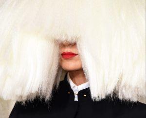 La cantante Sia, la que cubría su rostro, adoptó a dos adolescentes