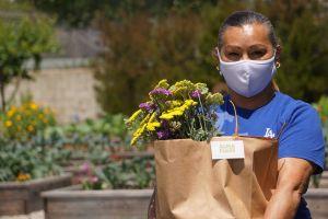 Exconvictos regalan a madres frutas y verduras cultivadas por ellos mismos