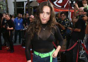 Usando una blusa blanca y en un video, Aneliz Aguilar muestra sus dotes de modelo