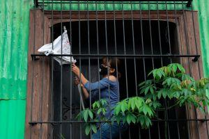 Salvadoreños cuelgan banderas blancas para pedir alimentos