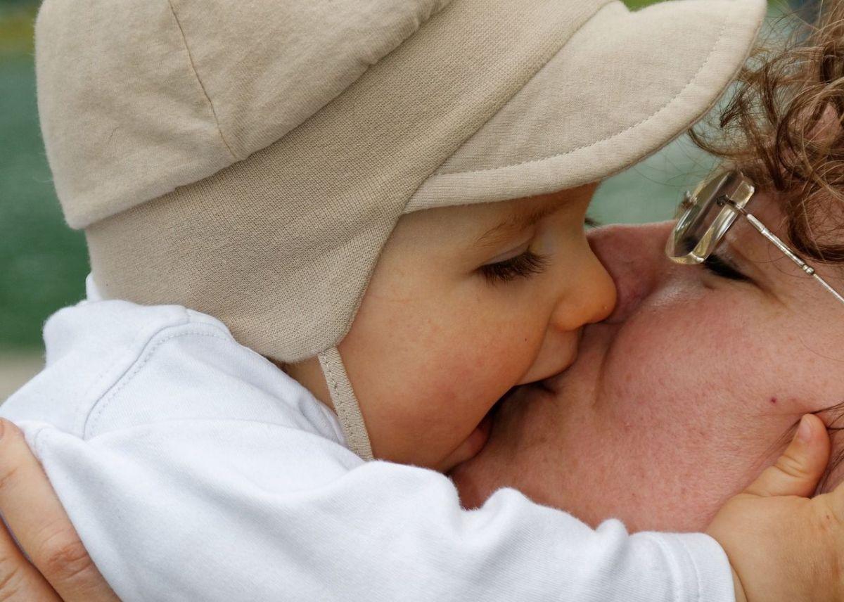 Recomiendan dejar de besar a los hijos para evitar contagios de coronavirus