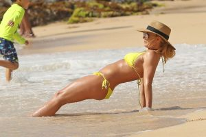Britney Spears estira su sensual anatomía en la piscina con un diminuto bikini de animal print