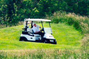 Trump vuelve a jugar golf y saluda de mano pese a la pandemia
