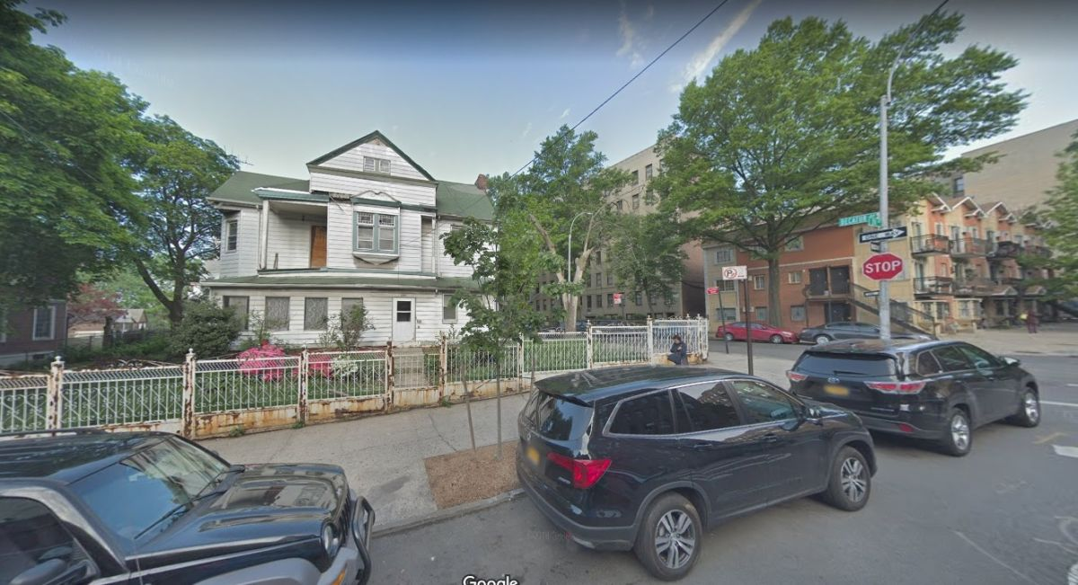 Balean en la cabeza a un joven en casa abandonada en El Bronx