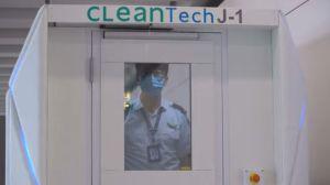 Usan un cuarto robotizado para desinfectar personas en Hong Kong