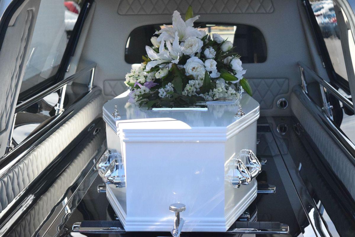 """Mujer se monta en ataúd de su esposo en pleno funeral en Colombia y """"perrea"""" sin censura"""