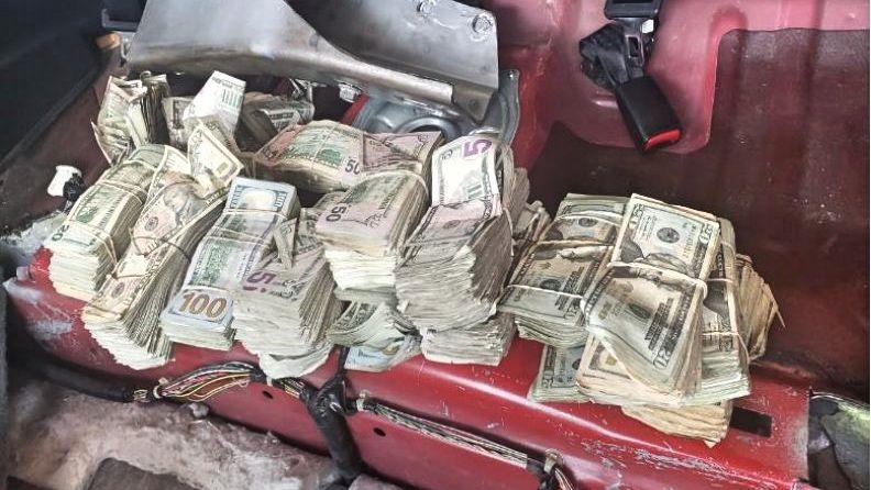 Escondía por todos los rincones de la camioneta más $293,000 dólares que llevaba a México