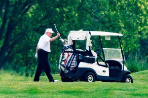 Trump arma tremendo berrinche por una mala jugada en el golf y golpea el césped con su palo