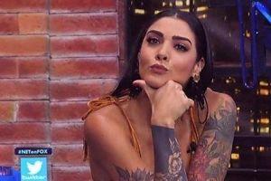 Erika Fernández con un sexy hilo negro sobre la cama