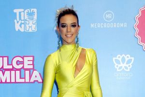 Fernanda Castillo se pone un sexy body para salir… al balcón de su casa