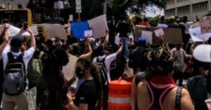 Video: Hombre con machete tratando de proteger un negocio es brutalmente golpeado por manifestantes en Texas