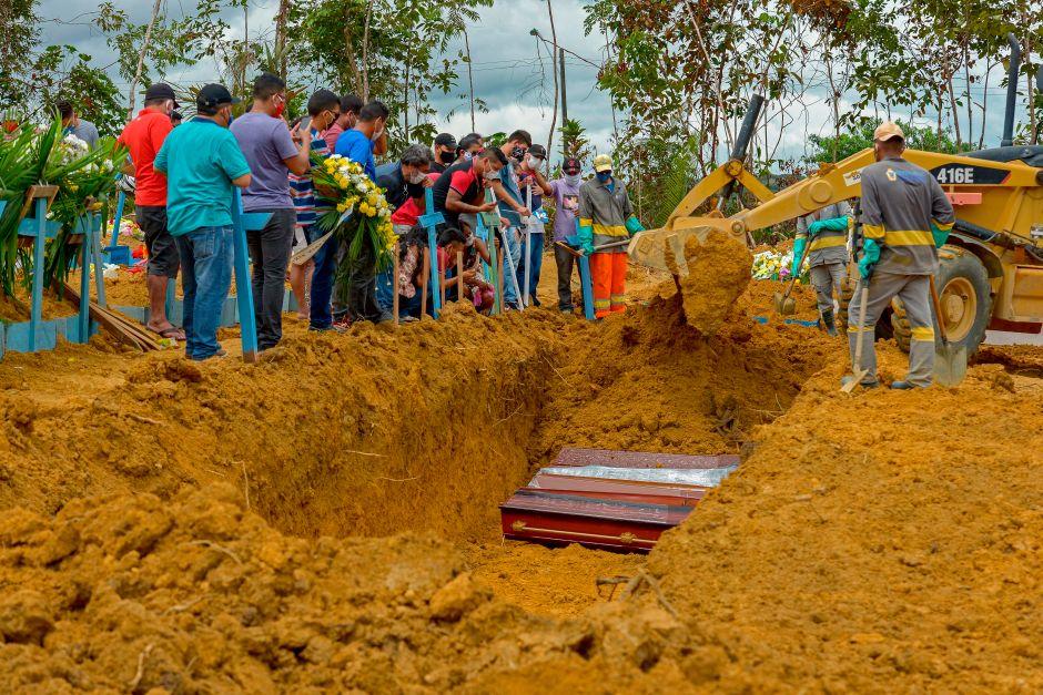 Cadáver de anciano permanece unas 30 horas en calle de Brasil; algunos jugaban fútbol cerca como si nada