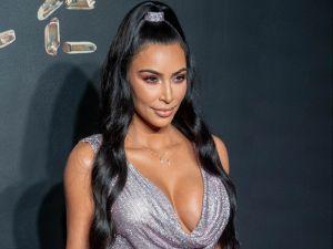 Kim Kardashian enciende Instagram vistiendo sólo sostén y medias de malla negras