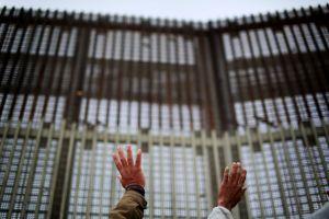 Trump ordena pintar muro fronterizo para que sea más difícil escalarlo. Costaría $500 millones más