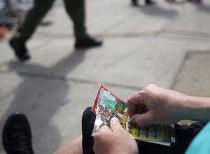 Bombero retirado gana $1 millón en la lotería, después de quedarse sin combustible