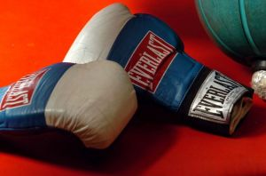 VIDEO: Boxeador amateur conecta puñetazos a policía antes de ser detenido