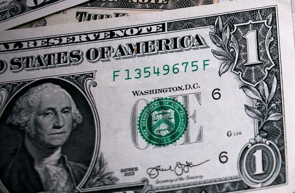 Gana premio de lotería con billete de $1 dólar que encontró. Dona el dinero a policía herido
