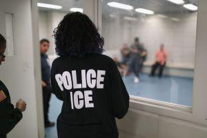 ICE está en la mira por aumento de casos de coronavirus en prisiones