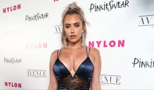La sexy mejor amiga de Kylie Jenner explota Instagram con un pequeño bikini azul de tanguita