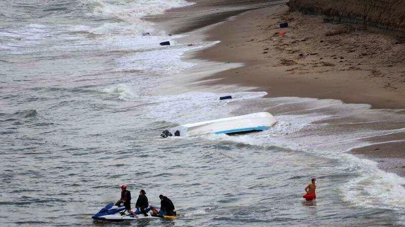 Una lancha con 15 indocumentados a bordo vuelca en las costas de California