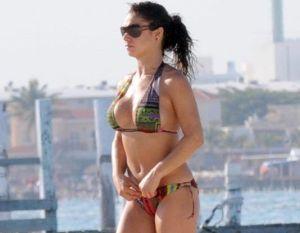 Con una posición muy sugerente, Joselyn Cano presume su hilo dental en la playa al estilo de Lis Vega