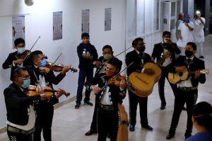 Mariachis ofrecen serenata a mamás en México, en medio del confinamiento por coronavirus