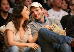 Ashton Kutcher se sacó la ropa en TV durante un juego con su esposa, Mila Kunis