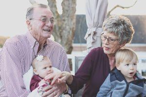 Madre idea algo para que los niños puedan abrazar a los abuelos a pesar de la distancia social