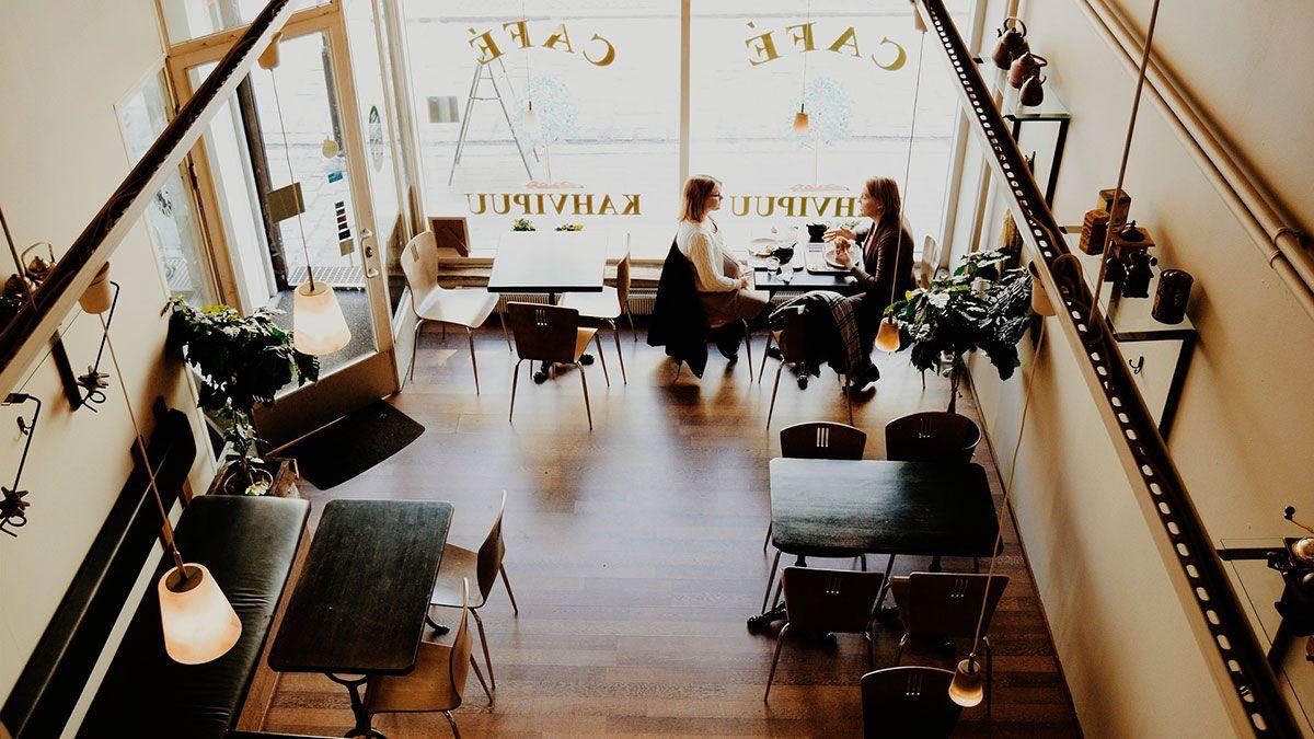 Los restaurantes de NYC pueden cobrar ya un 10% más como recargo por costos de la COVID-19