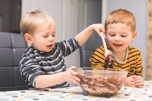 ¿Por qué es peligroso que tu hijo lama la cuchara para hornear?