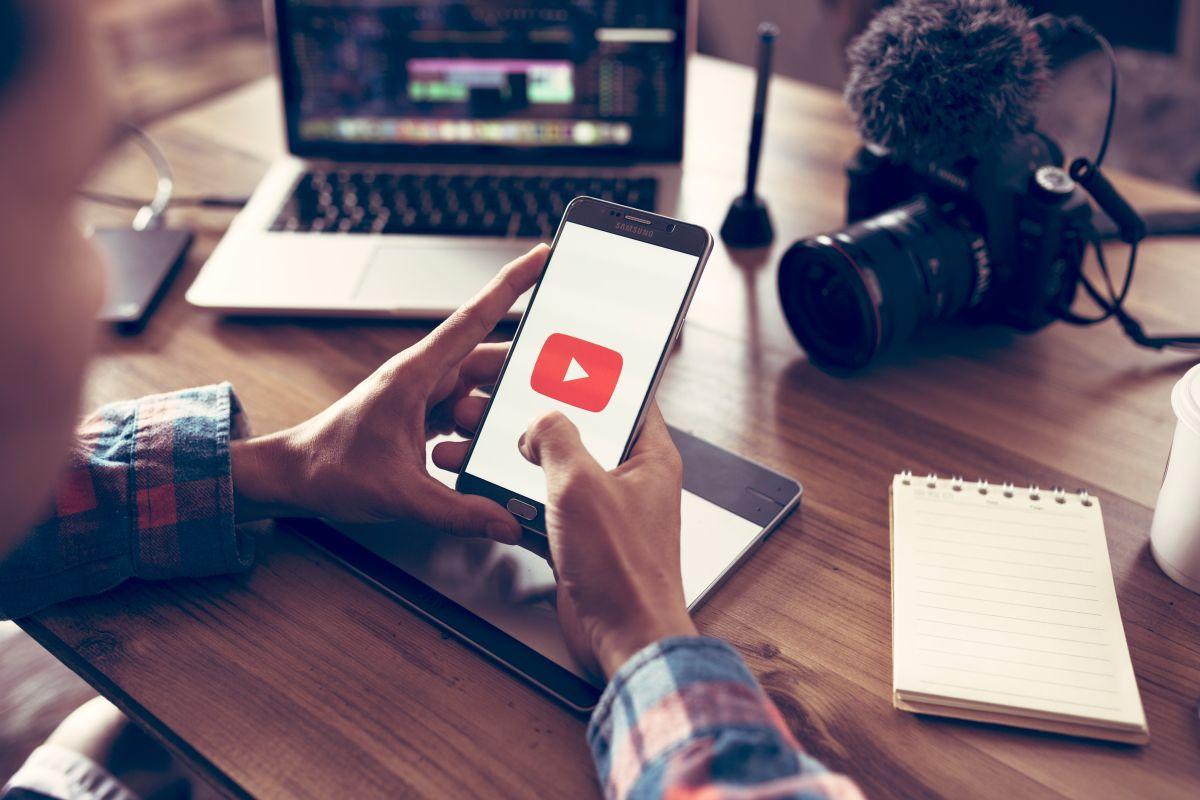 Su padre lo abandonó y creó canal de YouTube para ayudar a otros en su misma situación