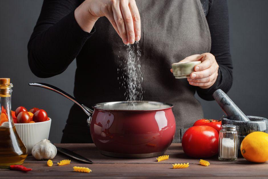 Aprende a condimentar tus comidas con la medida justa de sal para disfrutar y no arriesgar tu salud