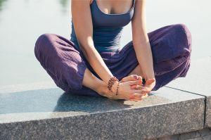 5 pantalones holgados de yoga para estar relajada y cómoda en casa