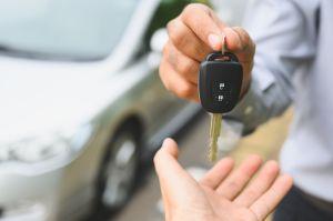 Descubre que su papá es infiel y le exige comprarle un auto para guardarle el secreto