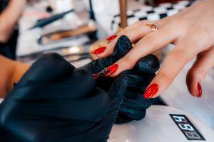 ¿Cuáles son los riesgos de la manicure permanente?