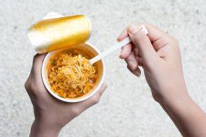 Qué sucede en tu cuerpo cuando comes sopa instantánea de vaso… y que no es nada positivo