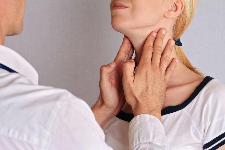 ¿Dolor de cuello y fiebre? Infección en tiroides podría ser nuevo síntoma de coronavirus