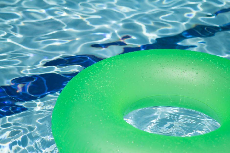 Convierten habitación de la casa en piscina para disfrutar de la cuarentena