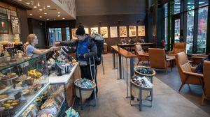 Starbucks, Best Buy, Gap, y otras tiendas ya están reabriendo sus puertas