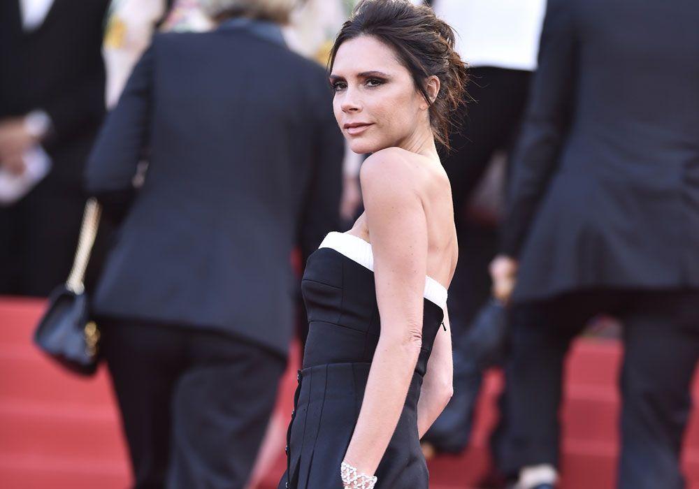 Victoria Beckham deja el drama atrás y modela sostén que ella misma diseñó