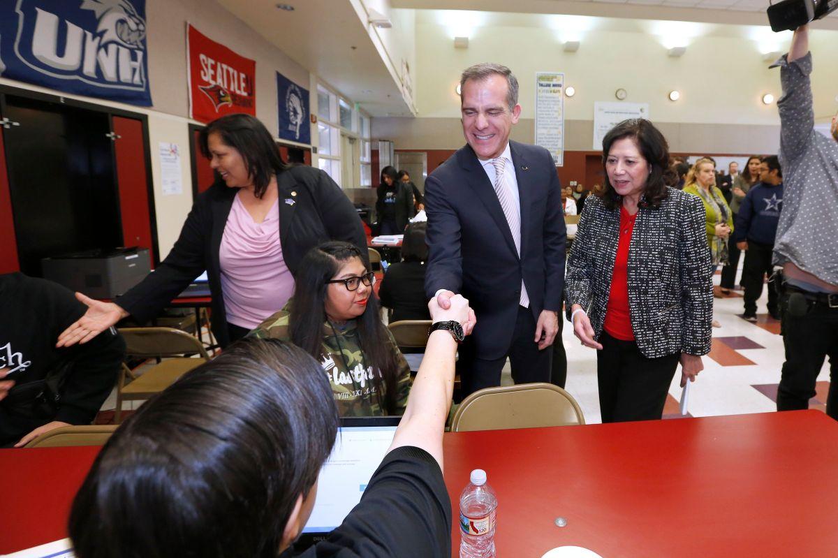 Alcalde de Los Ángeles firma orden ejecutiva que impulsa la diversidad en todos los departamentos de la ciudad