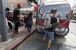 Aplican cambios a autobuses de Los Ángeles para mantener distancia social. Así funcionarán ahora