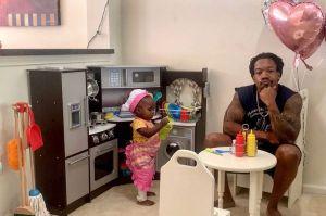 """Las chistosas opiniones de un padre al """"restaurante"""" de su niña pequeña se hacen virales"""
