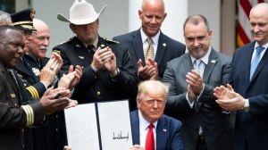 """Qué dice la orden ejecutiva que firmó Trump para reformar la policía y por qué muchos la consideran """"insuficiente"""""""