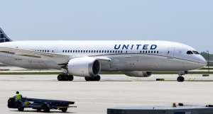 Arrestan a pareja al aterrizar en Hawaii por viajar en avión sabiendo que tenían coronavirus