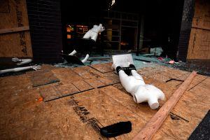 Pequeños empresarios que sufrieron daños por los disturbios de L.A. pueden aplicar para préstamos del condado