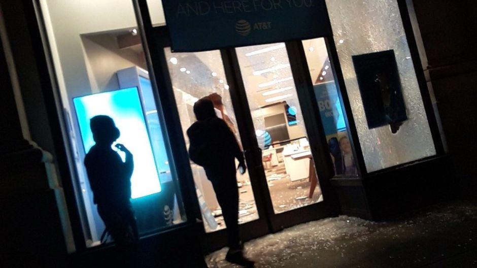 FOTOS: Saqueos y anarquía en 5ta Avenida y Broadway antes del toque de queda en Nueva York
